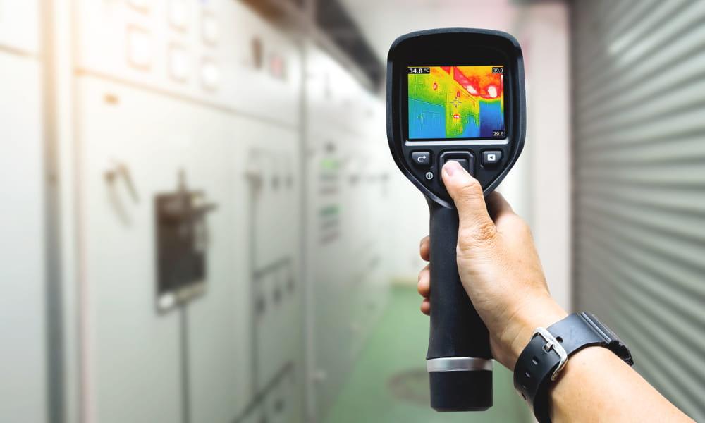 Análise termográfica e sua importância: engenheiro analisando uma indústria.
