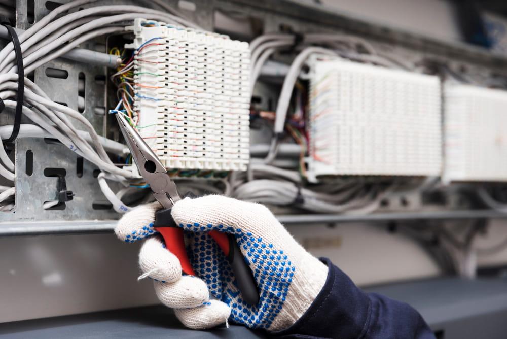 Dicas de instalação elétrica para um novo projeto: engenheiro trabalhando.