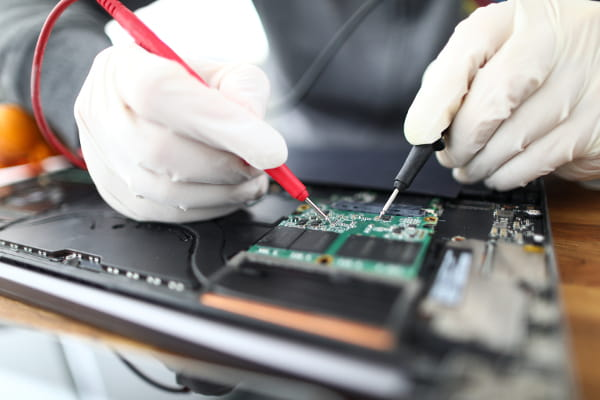 Equipamentos elétricos danificados: profissional instalando fiação elétrica.