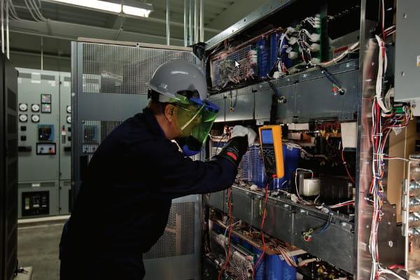 Manutenção preditiva: profissional fazendo análise de equipamentos.
