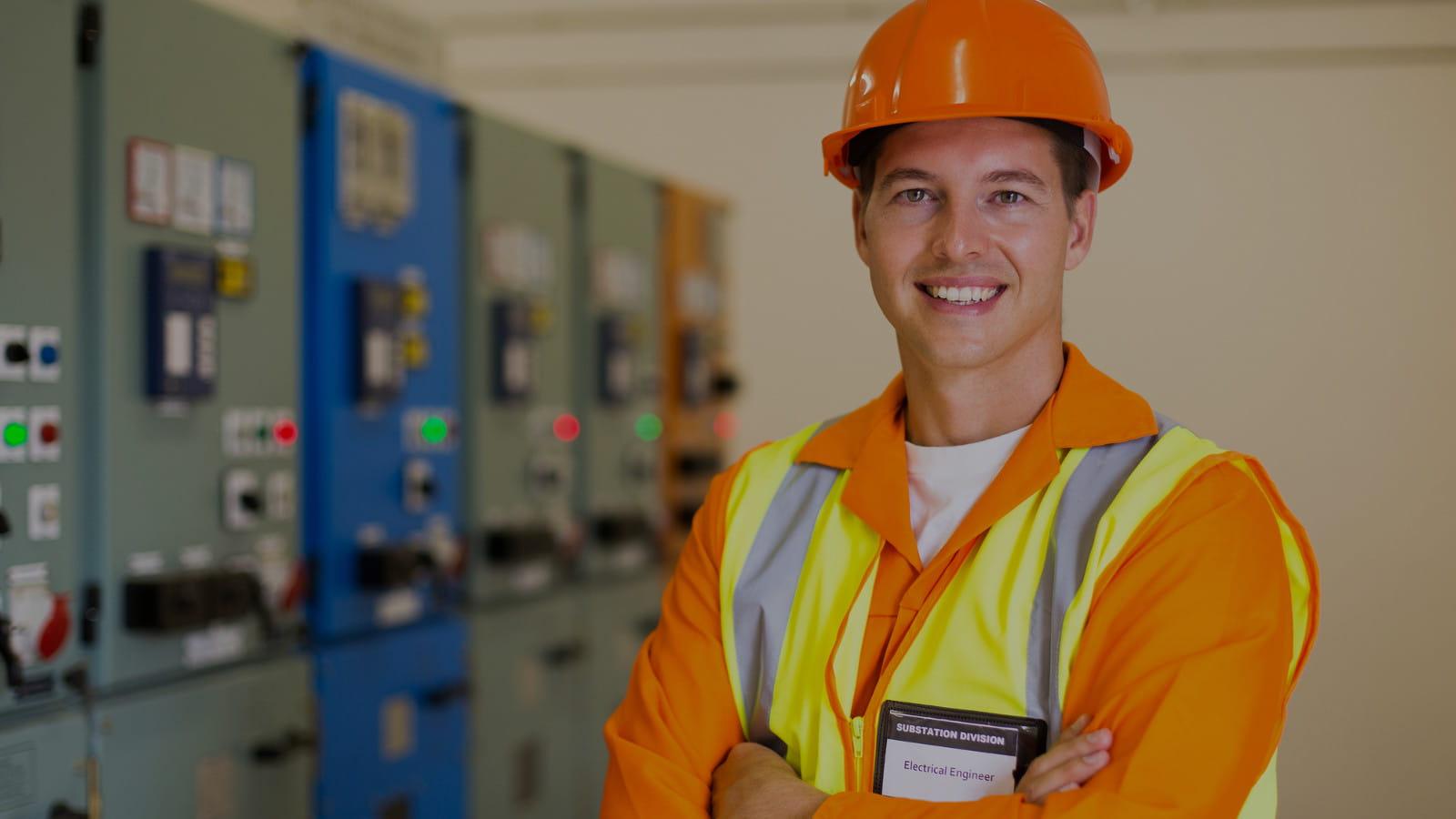 Manutenção de Nobreaks: profissional avaliando energia eletríca dentro da empresa.